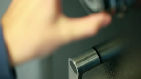 odemknout : hand opening combination lock on a safe