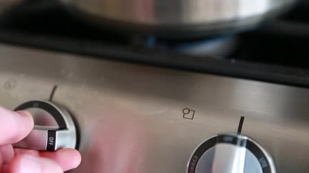 láng : heating pot on gas stove over flame