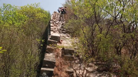 onarılmış : hikers on the unrestored section of the great wall of china