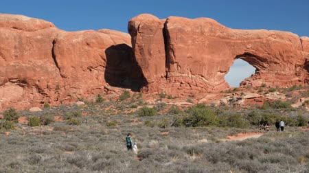 sál : Hikers walking by the north window arch in arches national park