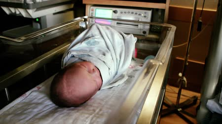nascido : A newborn baby at the hospital born just minutes before being cleaned by the nursing staff. Stock Footage