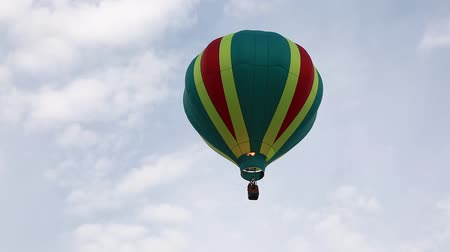 propane : Hot air balloon floats into the sky with people in basket Stock Footage