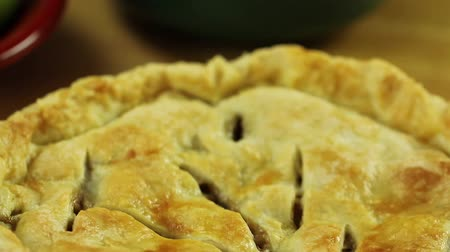 cozinhar : hot apple pie and apples from a oven