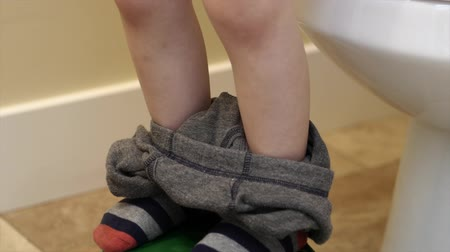 tuvalet : Little boy pulling up pants after going to the bathroom