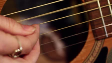 mikrofon : Macro of plucking guitar strings Wideo