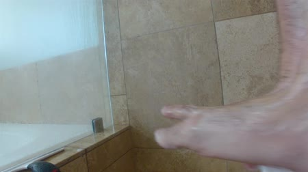 masculino : man cleaning feet in shower