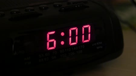 цифровой : Man hits snooze on alarm clock Стоковые видеозаписи