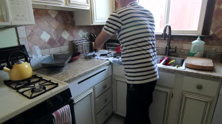 gąbka : A man cleaning the kitchen Wideo