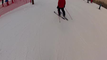 narciarz : man skiing to bottom of lift Wideo