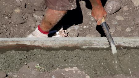 яма : Man working with cement footings