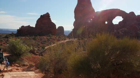 sál : Mother and kids hiking at turret arch in arches national park