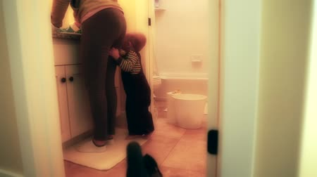 dezenfektan : a woman scrubs a toilet as she cleans the bathroom Stok Video
