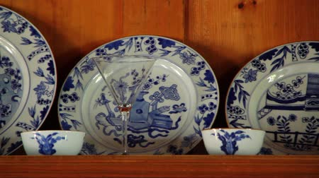 kabine : Pottery Dishes on Shelve Stok Video