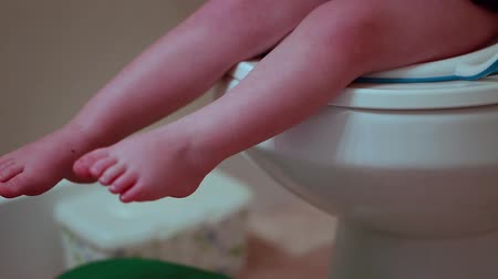 уборная : potty training toddler Стоковые видеозаписи