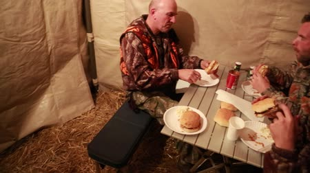 cozinhar : hunters camping in a wall tent at night
