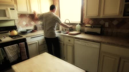 konyhai : Man Cleans Kitchen