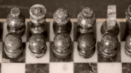 decisioni : Vecchio Marmo Chess Set Dolly shot sinistra Filmati Stock