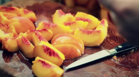 şeftali : pealing a fresh peach Stok Video