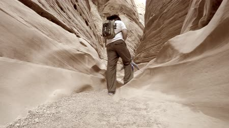 natura : People hiking slot canyon in southern utah Wideo