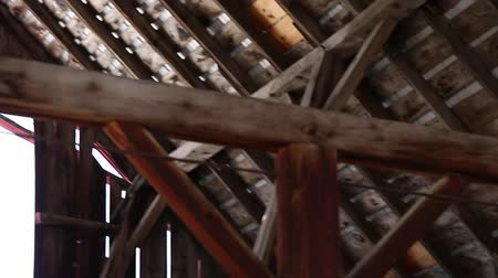 навес : Rafters in the attic of a barn