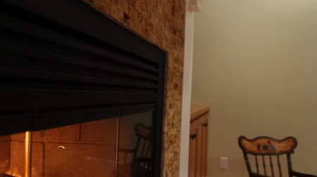 kabine : roaring fireplace and a mantle jib shot Stok Video