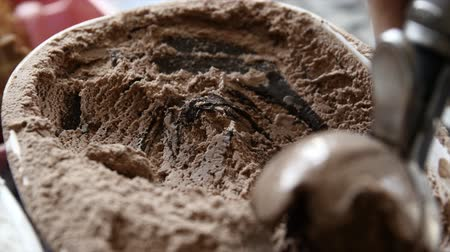 krem : Scooping chocolate ice cream from bin