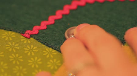 szycie : sewing on a button