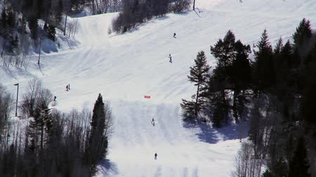 esqui : skiers at ski resort