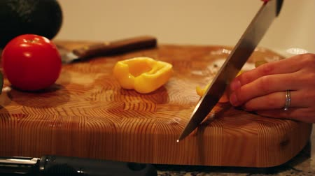 espinafre : slicing a yellow pepper for salad