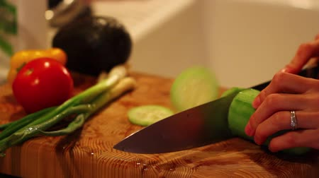 espinafre : slicing cucumber for salad Stock Footage