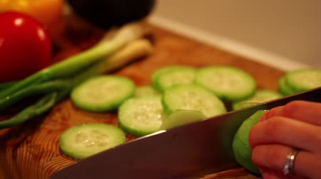 espinafre : slicing cucumbers for salad
