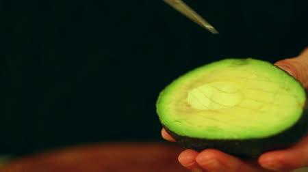 chop up : slicing an avacado