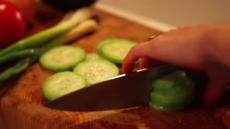 okurka : slicing the cucumber for salad Dostupné videozáznamy