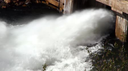 baraj : Sluice Gate lets flood waters out of dam