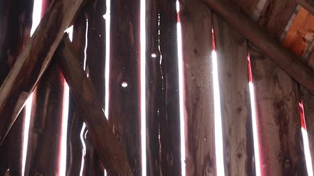 навес : Sunlight shining through an old barn wall