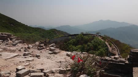 onarılmış : the jiankou section great wall of china on a mountain ridge Stok Video