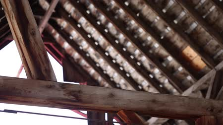 навес : The rafters in the attic of a barn