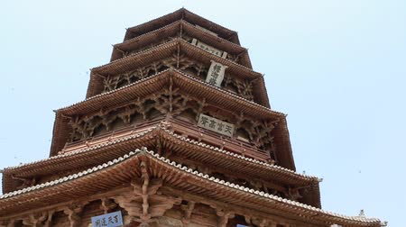 пагода : the tall pagoda of fogong temple at datong china with tourists Стоковые видеозаписи