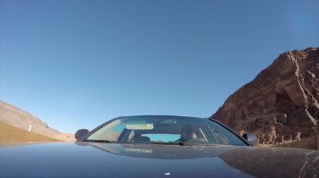 čas : A time lapse of a car driving through Arches National Park at Sunsrise