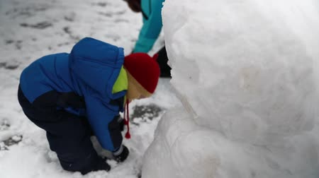 garagem : a mother and her baby boy playing in the snow Stock Footage