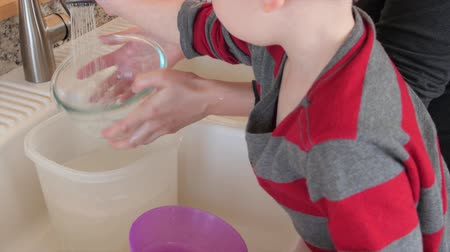 hijenik olmayan : Toddler plays while mother clean the dishes