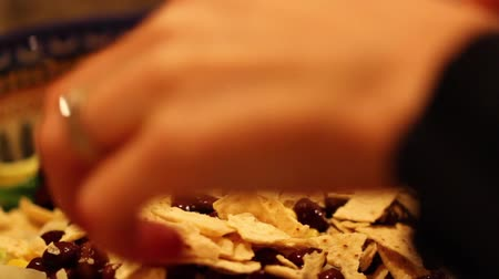mexicaans : tortilla chips op Mexicaanse salade