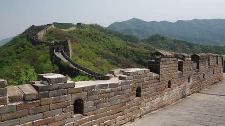 onarılmış : tourists hiking the beautiful section of great wall of china beijing mutianyu Stok Video