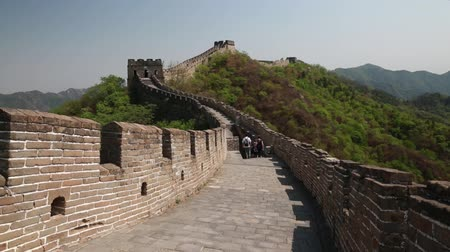 zeď : tourists on beautiful section of great wall of china beijing mutianyu