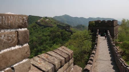 mutianyu section : tourists on incredible section of great wall of china beijing mutianyu Stock Footage