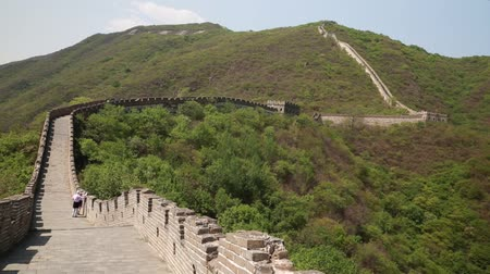 onarılmış : tourists on the beautiful section of great wall of china beijing mutianyu