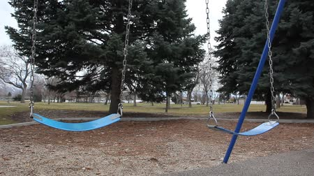 közepes : Two empty swings in a quiet city park