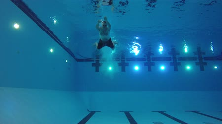 basen : Underwater shot of athlete diving and swimming in pool
