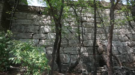 onarılmış : unrestored section of the great wall of china at beijing jiankou Stok Video