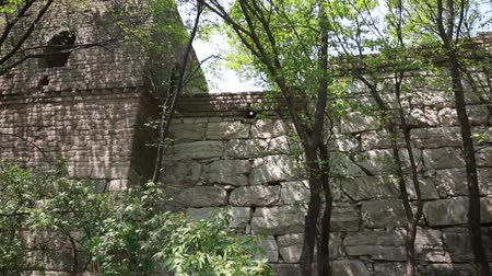 onarılmış : unrestored section of the great wall of china beijing jiankou Stok Video